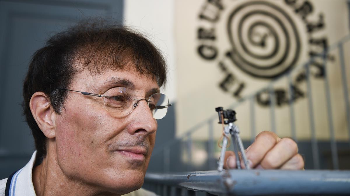 Joan Díez observa una cámara de juguete en la sede del grupo fotográfico El Gra, de Rubí.