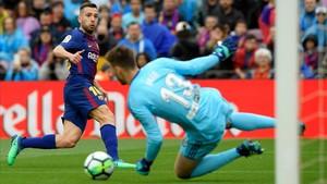 Jordi Alba dispara con peligro un balón que rechazó Neto, el meta del Valencia.