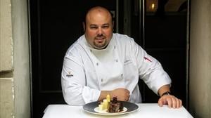 Jordi Esteve, chef del restaurante Nectari, con un solomillo.