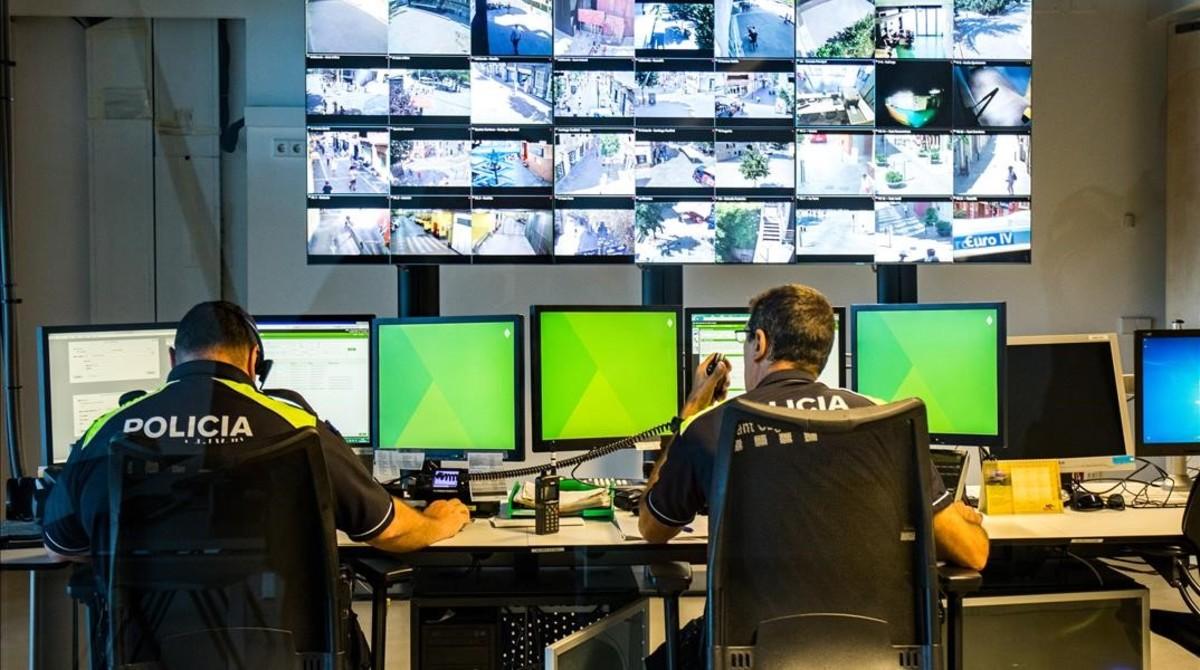Policías locales de Sant Cugat, en la sala de control.
