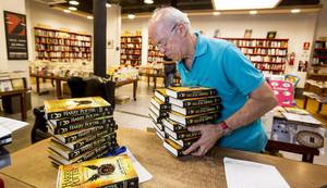 Josep Cots desembala los libros de Harry Potter y el legado maldito en la librería Documenta.