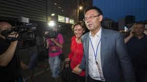 Josep Maria Bartomeu con Marta, su mujer, en el Camp Nou tras el triunfo en las elecciones a la presidencia del Barça.