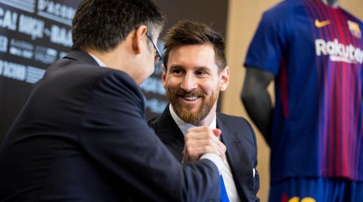 Josep María Bartomeu y Leo Messi, en la firma del contrato del 2017.