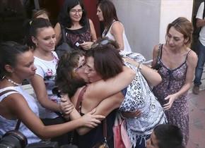 Juana Rivas (derecha) al salir de los juzgados de Granada, tras entregarse y ser puesta en libertad, el martes.