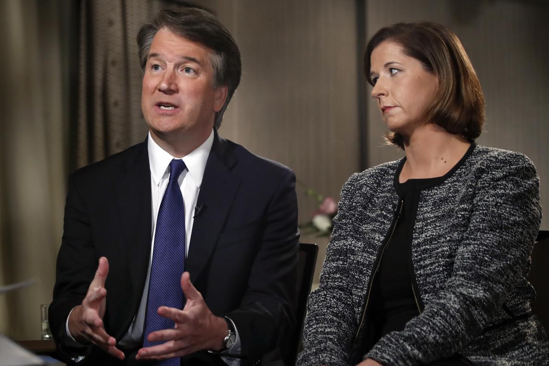 El juez Brett Kavanaugh, junto a su esposa Ashley Estes Kavanaugh, durante una entrevista con la cadena Fox.