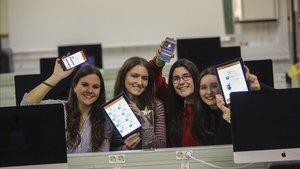 Las cuatro creadoras de la app Take This Way, en el aula de informática de Salesians Sarrià