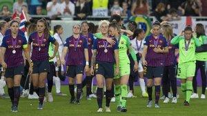 Las jugadoras del Barça, tras recibir las medallas de subcampeonas en la última final de la Champions.