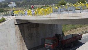 Lazos amarillos en Sant Joan de Vilatorrada, cerca de la prisión de Lledoners