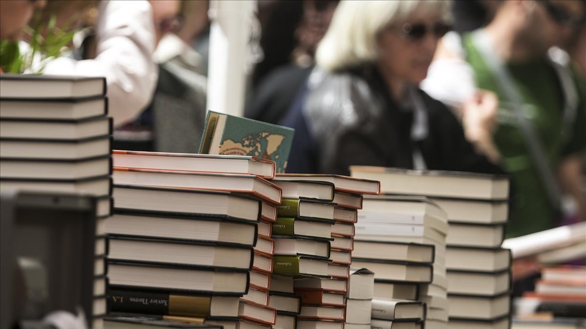 Libros en una parada de Sant Jordi, en el 2017.