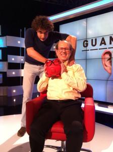 Lluís Garcia Petit (assegut), amb Pau Sabaté, concursants d''El gran dictat'.
