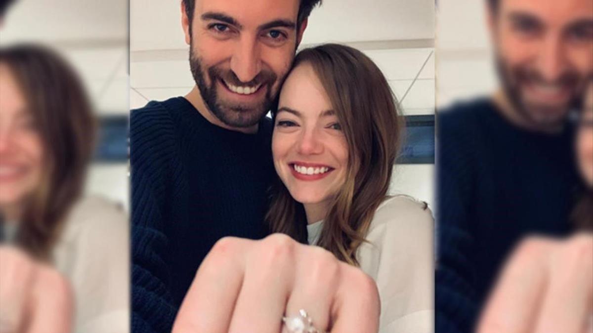 Emma Stone y Dave McCary, en la imagen con la que anunciaron su compromiso.