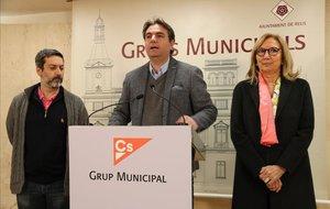 Los concejales de Ciudadanos en Reus Guillermo Figueras,Juan Carlos Sánchez yPepa Labrador, este martes en una rueda de prensa.