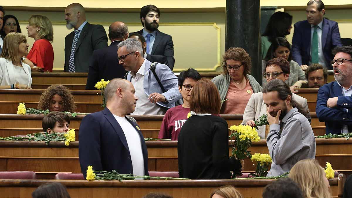 Los diputados de ERC llegan al Congreso con flores amarillas.