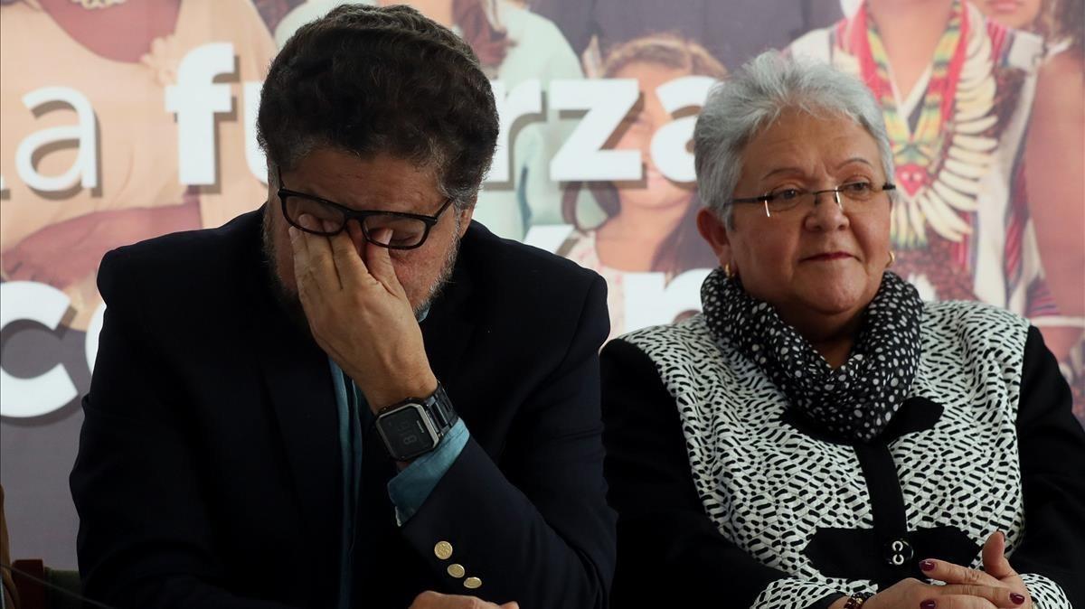 Los dirigentes de la FARC Iván Márquez e Imelda Daza anuncian en Bogotá la retirada de la candidatura de Rodrigo Londoño, Timochenko, a la presidencia de Colombia.