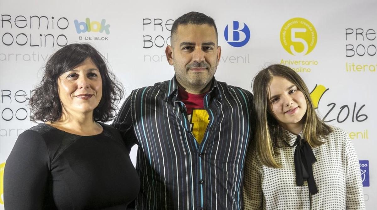 Los ganadores de los premios Boolino: de izquierda a derecha, Eva Moreno, Canizales y Rebeca Álvarez.