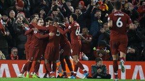 Los jugadores del Liverpool celebran el cuarto gol al Arsenal, obra de Salah, al filo del descanso.