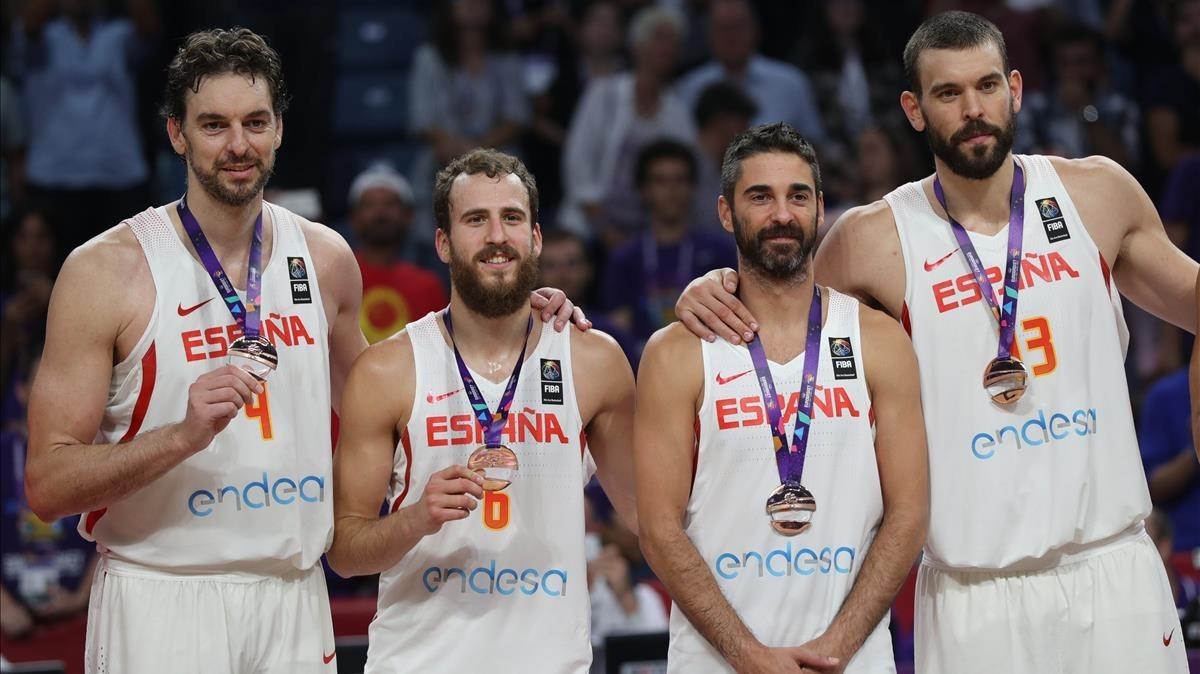 Los jugadores de la selección española, con la medalla de bronce en el Eurobasket.