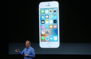 Joswiak, con el nuevo iPhone SE de Apple.