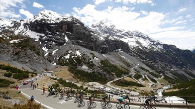 lpedragosa38568959 topshot riders climb the stelvio during the 16th stage of 170523221959