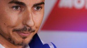 El mallorquín Jorge Lorenzo no puede contener las lágrimas en el momento de anunciar, hoy, en Valencia, su retirada.