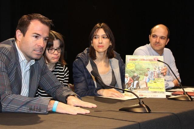 Marc Vives, Anna Vives, la alcaldesa Núria Parlon y el concejal Raúl Moreno durante la presentación del circuit Sumant capacitats en el teatro Sagarra.