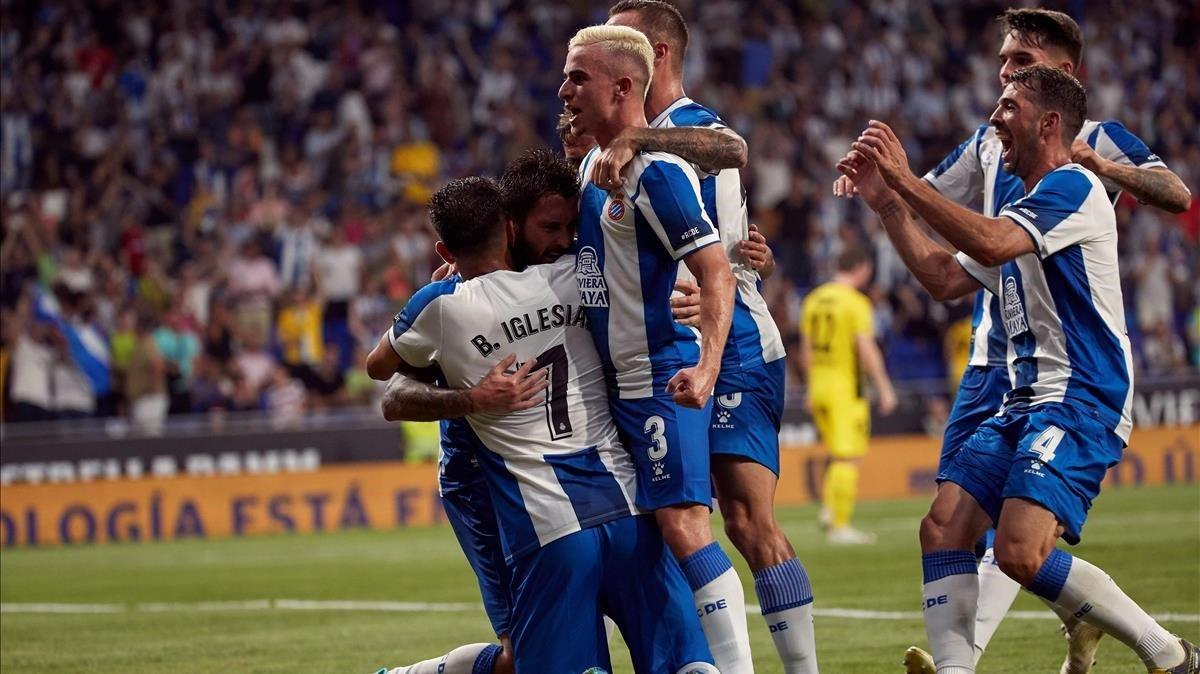 La celebración de Ferreira por uno de sus goles contra el Stjarman en Corenellà.