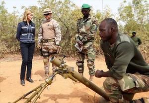 María Dolores de Cospedal, durante su visita a las tropas españolas en Mali.