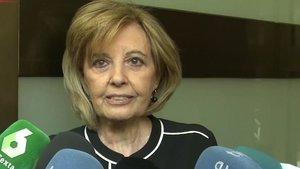 María Teresa Campos atendiendo a la prensa a su salida de la capilla ardiente de Chicho Ibáñez Serrador.
