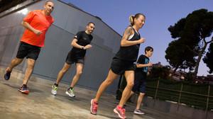 María Vasco corre con un grupo de socios del club de fitness Holmes Place.