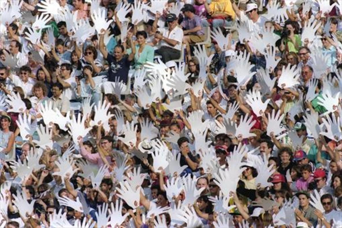 Miles de manos blancas dieron la bienvenida a los JJPP en la ceremonia inaugural que llenó Montjuïc de calor.