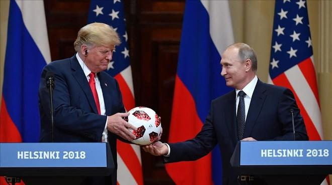 Momento en que Putin ofrece a Trump un balón del Mundial de Fútbol.