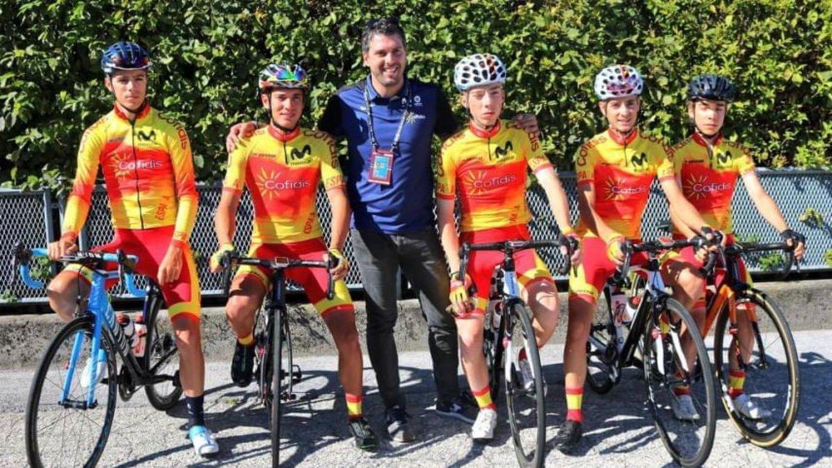 Pascual Momparler, en el centro, deja el equipo sub 23 español para dirigir a los profesionales.