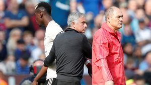 Mourinho saluda a Pogba después de sustituirle en la derrota del West Ham al Manchester United.