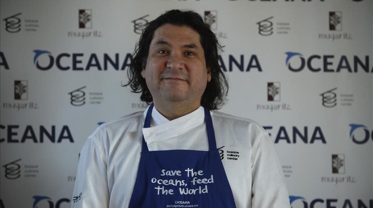 Gastón Acurio posa en la campaña de la cocina vasca, en San Sebastián, en marzo del 2015.