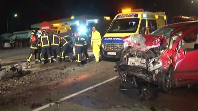 Mueren tres personas tras un choque frontal entre dos turismos en Zamora.