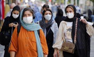 Mujeres iranís protegidas por mascarillas en las calles de Teherán.