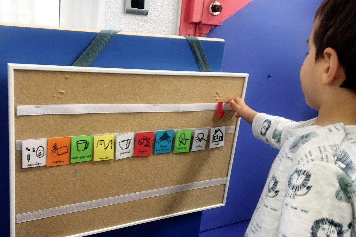 Un niñocon autismo en una terapia conpictogramas.