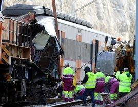 Operarios trabajan en el lugar del accidente del tren de Rodalies en Castellgalí, este lunes.