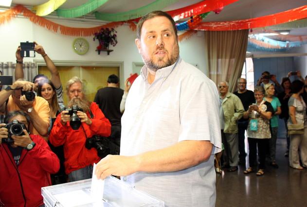 Oriol Junqueras vota en su colegio electoral de Sant Vicenç dels Horts.