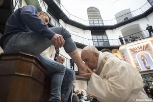El Papadurante el ritual de lavar los pies a uno de los presos de la cárcel Regina Coeli de Roma.