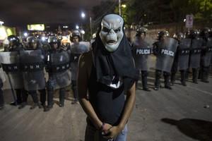 Un partidario de Salvador Nasralla ante la policía en Tegucigalpa (Honduras).