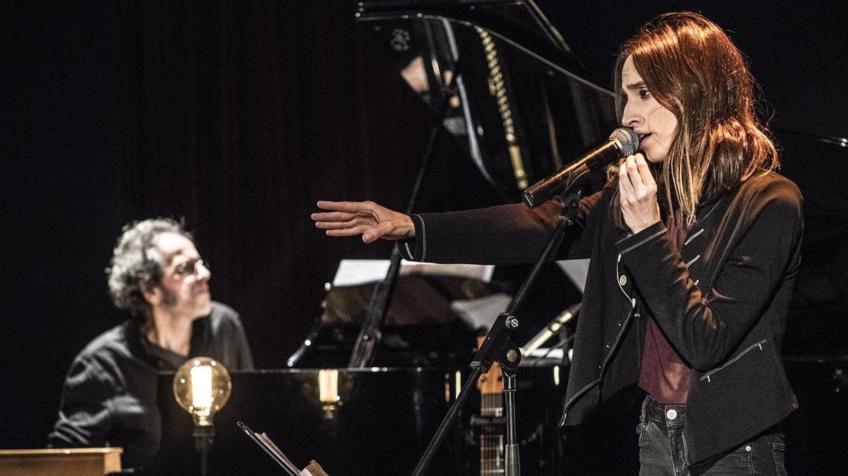 Pascal Comelade e Ivette Nadal actuando en el Auditori Barradas de l Hospitalet.