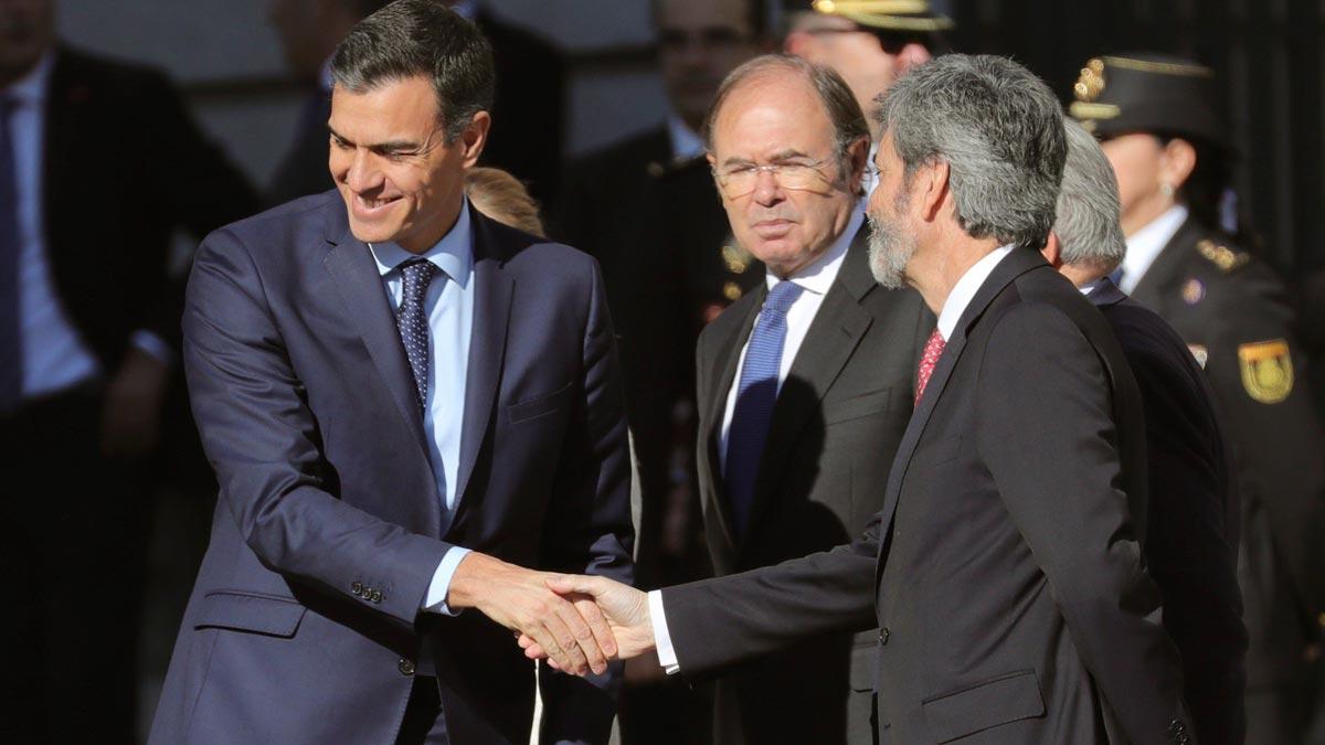 Abucheos y silbidos a Pedro Sánchez a su llegada al Congreso para participar en el acto conmemorativo de los 40 años de la Constitución española.