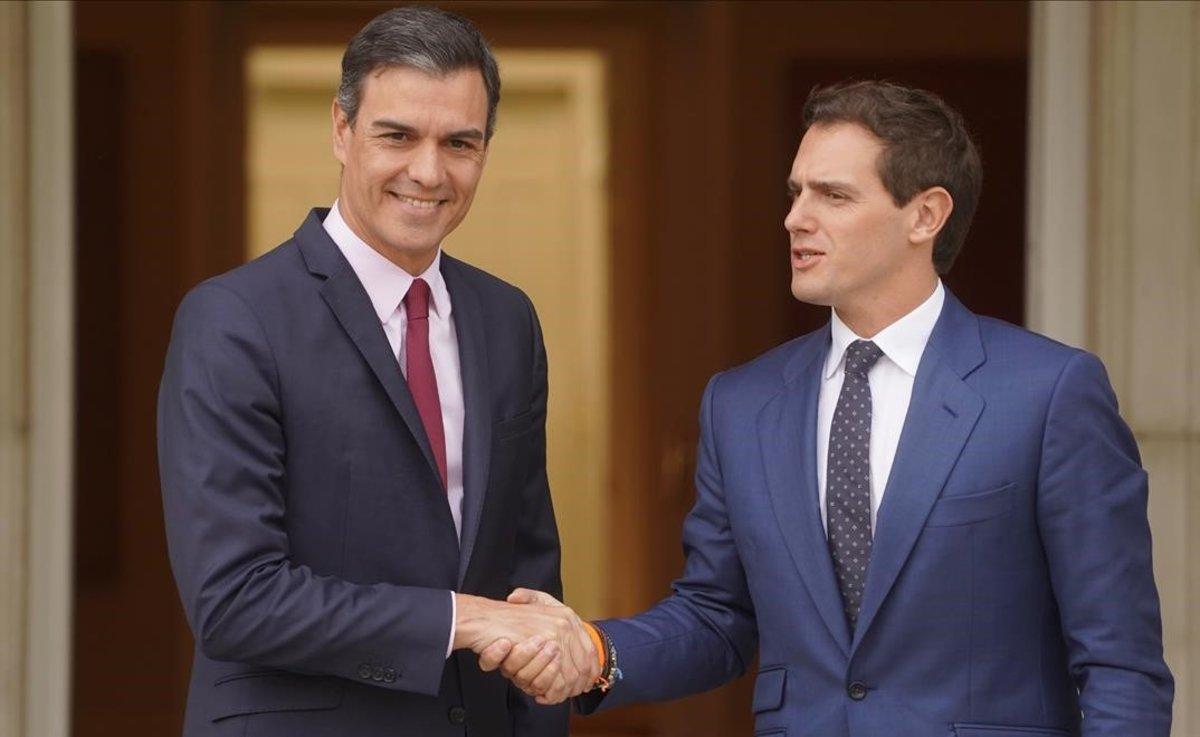 Pedro Sánchez recibe aAlbert Rivera en la Moncloa, este martes.