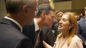Pedro Sánchez saluda a Ana Pastor, el pasado 4 de junio en Madrid.