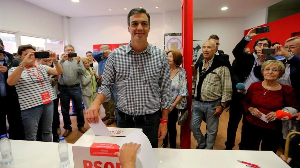Pedro Sánchez vota este domingo en su agrupación del PSOE, en Pozuelo de Alarcón (Madrid).