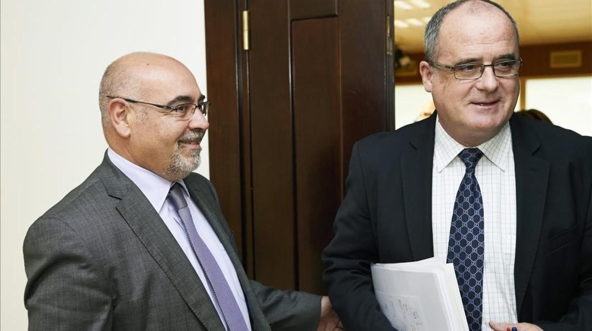 El peneuvista Joseba Egibar y el socialistaJose Antonio Pastor, tras una reunión para alcanzar un acuerdo de estabilidad en junio del 2013.