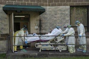 Personal sanitario traslada a un enfermo de covid-19 a la uci, en un hospital de Houston (Texas).