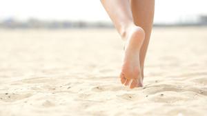 Mujer paseando por la playa.