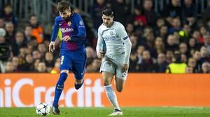 Piqué recupera el balón ante Morata.